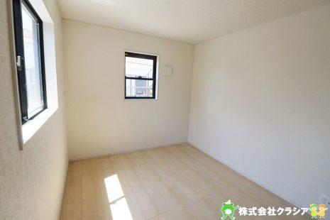 2階6帖の洋室です。飾りすぎない室内は、快適に過ごせる空間を自分自身で創り出すことできますね(2019年5月撮影)