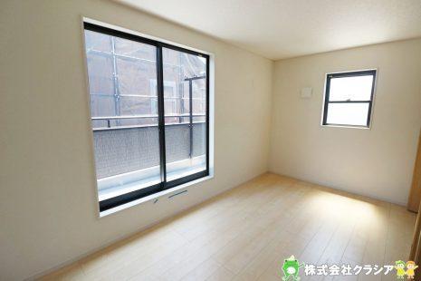 2階7.5帖の洋室です。窓からたっぷりと陽光が射し込む明るくあたたかな空間です(2019年5月撮影)