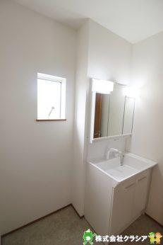 シンプルなスタイルの洗面化粧台です。三面鏡になっているので身だしなみを整えるのに便利ですね(2019年8月撮影)