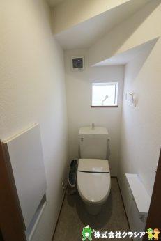 1階トイレです。壁には収納スペースがあり、トイレットペーパーや芳香剤などを置くのに便利ですね(2019年8月撮影)