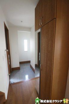 家の顔となる玄関。収納部分が充実しているので両親や友人を招待しても安心の空間です(2019年8月撮影)