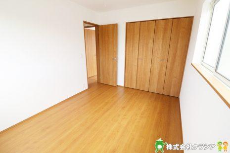 2階6帖の洋室です。自然の光が差し込む明るい室内です。爽やかな風をお部屋にはこんでくれます(2019年8月撮影)