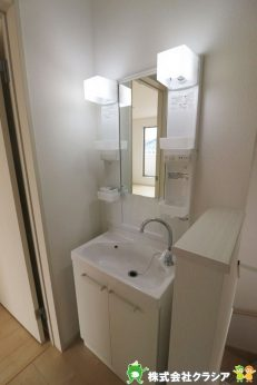 2階の洗面台です。掃除などで水が必要な際に、1階まで下りる手間が省け時短になりますよ(2019年9月撮影)