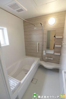 広々とした浴室は一日の疲れをほっと癒してくれる快適な空間です(2019年9月撮影)
