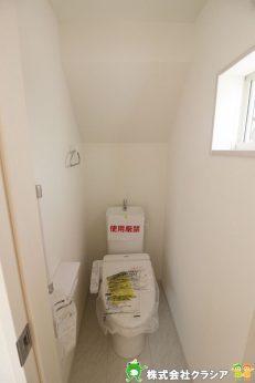 1階トイレです。白を基調とした清潔感のある空間です(2019年9月撮影)