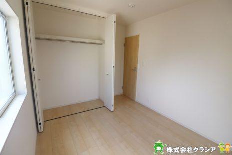 2階5.33帖の洋室です。落ち着いたトーンに統一された室内は穏やかな毎日を支えてくれます(2019年9月撮影)