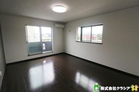 2階10帖の寝室です。飾りすぎない室内は、快適に過ごせる空間を自分自身で創り出すことできますね(2019年9月撮影)