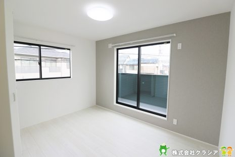 2階北側6帖の洋室です。自然の光が差し込む明るい室内です。爽やかな風をお部屋にはこんでくれます(2020年1月撮影)