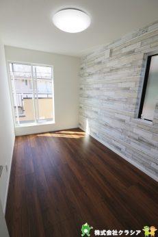 2階5帖の洋室です。自然の光が差し込む明るい室内です。爽やかな風をお部屋にはこんでくれます(2020年2月撮影)