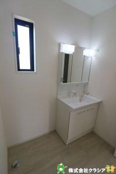 三面鏡の洗面台です。身だしなみを整えやすく朝の身支度がスムーズに(2020年8月撮影)