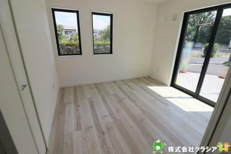 1階5.2帖の洋室です。飾りすぎない室内は、快適に過ごせる空間を自分自身で創り出すことできますね(2020年8月撮影)