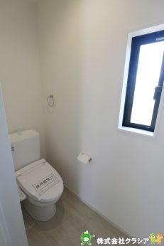 天井の高さがしっかりとれているので圧迫感のない1階トイレです(2020年8月撮影)