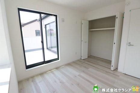 2階5.1帖の洋室です。窓からたっぷりと陽光が射し込み、気持ちのいい朝を迎えられますよ(2020年8月撮影)