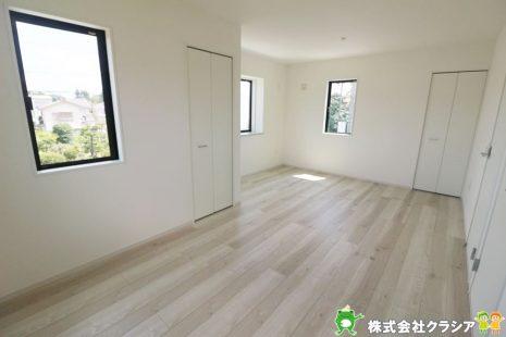 2階10.5帖の洋室です。シンプルな室内はインテリアのアレンジでお部屋の印象が変わりますね(2020年8月撮影)