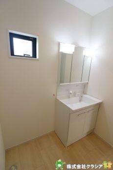 シンプルなスタイルの洗面化粧台です。三面鏡になっているので身だしなみを整えるのに便利ですね(2020年9月撮影)
