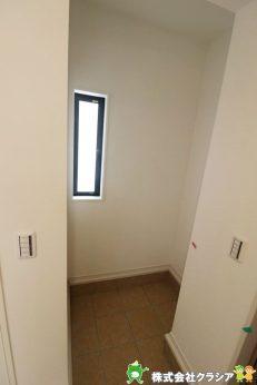 玄関には土間収納があります。玄関は「お家の顔」ですのですっきり見せたいですね。ベビーカーやゴルフバッグなどを収納するのに便利ですよ(2020年9月撮影)