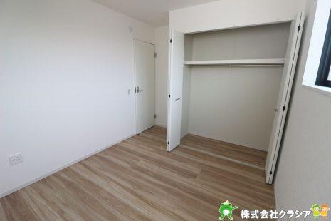 2階5.2帖の洋室です。各居室には収納完備していますので、綺麗な空間が保てますね(2020年9月撮影)