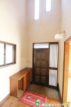 吹抜玄関は2階の天井まで見渡すことが出来るため、視線の抜けがよくなり実際の広さよりも開放的で広くみせる効果が期待できますよ。(2021年1月撮影)