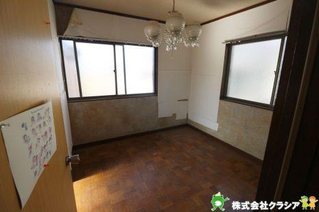 2階約4帖の洋室です。2面採光の明るい居室は風通しもよく、居心地のいい空間です(2021年1月撮影)
