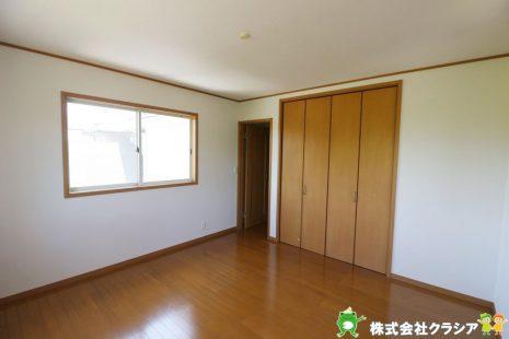 北側8帖の洋室です。家族1人1人の安らぎの空間。自分の好みで飾れるようシンプルな室内になっています(2021年4月撮影)
