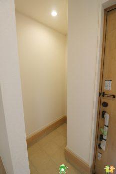 玄関にはSICがあります。玄関は「お家の顔」ですのですっきり見せたいですね。ベビーカーやゴルフバッグなどを収納するのに便利ですよ(2021年8月撮影)