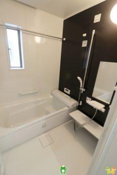 広々とした浴室は一日の疲れをほっと癒してくれる快適な空間です(2021年8月撮影)