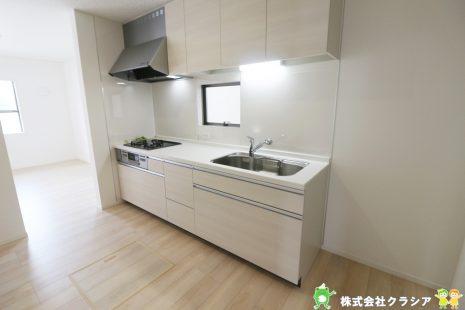 キッチンの作業スペースの前に窓があり、換気をしたいときにも、すぐに窓を開閉できて便利です。外の景色を眺めながら料理もできますね(2021年8月撮影)