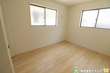 6帖の洋室です。飾りすぎない室内は、快適に過ごせる空間を自分自身で創り出すことできますね(2021年8月撮影)