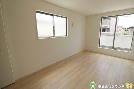 7.5帖の洋室です。プライベートなお部屋でゆっくりと過ごしたいですね。陽光がお部屋をリラックスできる空間にしてくれます(2021年8月撮影)